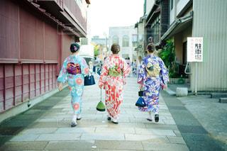 和服で金沢の街を散策する女子旅中の女性3人の写真・画像素材[2488158]