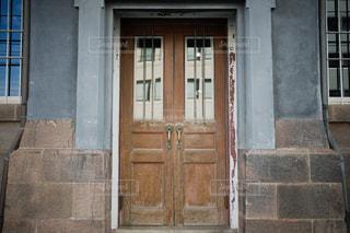 古びた木の扉の写真・画像素材[2488175]