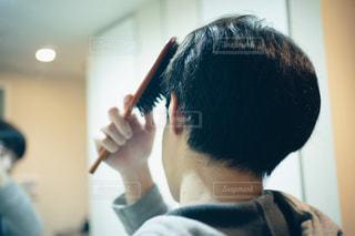 鏡の前で髪を整える男性の写真・画像素材[2846773]