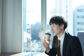 コーヒーを飲んで一息つくサラリーマンの写真・画像素材[2937518]