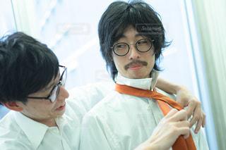 同僚にネクタイをしめてもらう男性の写真・画像素材[2938267]
