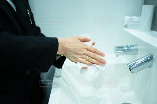 手洗い後ペーパータオルで水分を拭く女性の写真・画像素材[2954064]