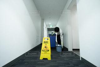 オフィスの共有部を清掃する男性の写真・画像素材[2954072]