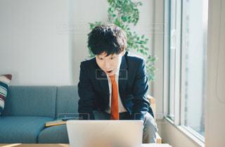 テンションMAXのサラリーマン男性の写真・画像素材[2955072]