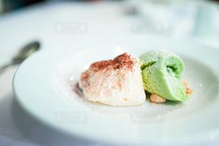 ピスタチオのアイスクリームとティラミスの盛り合わせの写真・画像素材[2971264]