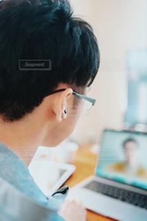リモートワークでオンラインMTG中の会社員男性の写真・画像素材[2972759]