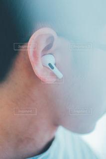 Bluetoothイヤホンで音楽を聴く男性の写真・画像素材[2972768]