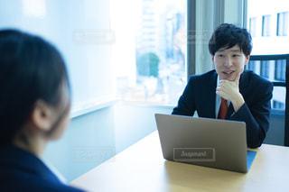 会議室で女性後輩社員にフィードバックする男性社員の写真・画像素材[2989744]