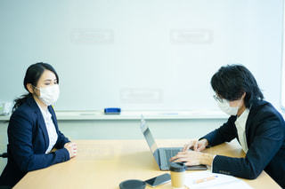花粉症が酷くて打ち合わせに集中できない会社員の写真・画像素材[2989763]