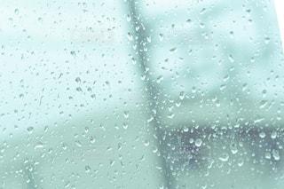雨の日濡れた窓ガラスの写真・画像素材[3112943]
