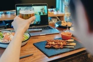 外出自粛でもオンライン飲み会を楽しむ男性の写真・画像素材[3133296]