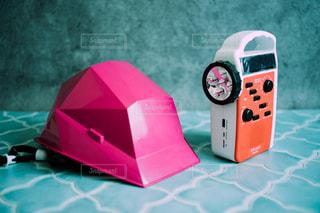 ピンクのヘルメットと多機能ラジオの写真・画像素材[3313492]