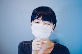 咳をするマスクの女性の写真・画像素材[3330272]