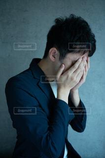 両手で顔を覆う男性の写真・画像素材[3710259]