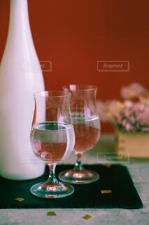 日本酒の瓶とグラス二脚の写真・画像素材[4248666]