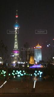 夜にライトアップされた街の写真・画像素材[2218136]