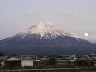 富士山と月の写真・画像素材[2220468]