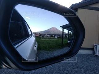車窓の側面鏡の写真・画像素材[2221691]
