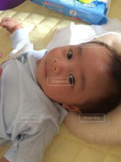 ベッドの上に横たわっている赤ん坊の写真・画像素材[2204871]