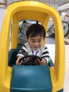 カートを運転する男の子の写真・画像素材[2211444]