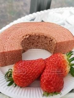 皿の上のケーキの写真・画像素材[2217554]