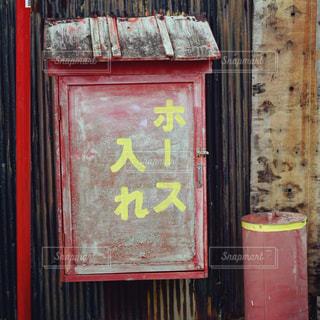 建物の側に赤い看板の写真・画像素材[807306]