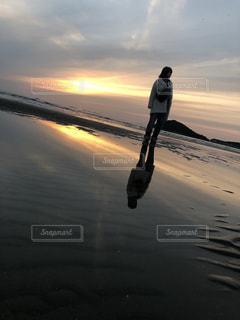 水面に沈む夕日の写真・画像素材[2204189]