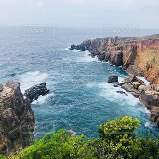 波が打ちつける崖の写真・画像素材[2204326]
