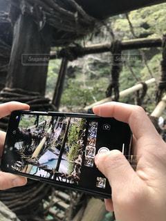 携帯電話を持っている手の写真・画像素材[2204518]
