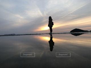 水面に沈む夕日の写真・画像素材[2204522]