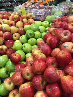 海外のスーパーマーケットのりんごの写真・画像素材[2205413]