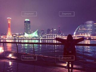 背景にある都市と水の体の上の橋の写真・画像素材[2204494]