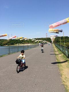 子供の日にサイクリングの写真・画像素材[2205441]