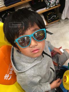 サングラスをかけた小さな男の子の写真・画像素材[2205454]