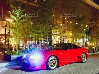 建物の側面に駐車している赤い車の写真・画像素材[2775985]
