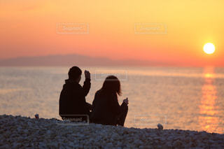 海を眺めるカップルの写真・画像素材[2212161]