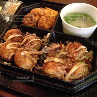 さまざまな種類の食べ物がトレイに入っている箱の写真・画像素材[2208550]