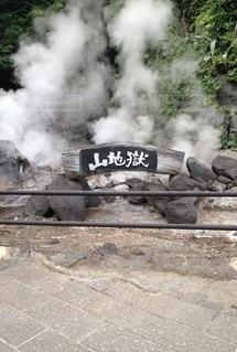 煙が出ている線路上の電車の写真・画像素材[3345195]