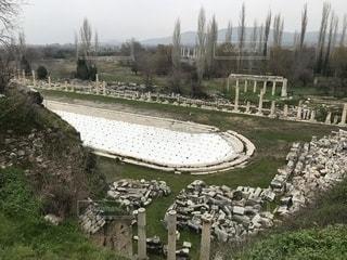 土の畑の羊の群れの写真・画像素材[2406176]