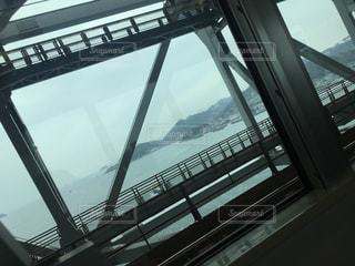 建物の眺めが見える列車の窓の写真・画像素材[2212275]