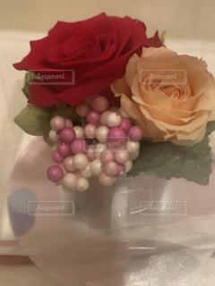 テーブルの上のピンクの花の写真・画像素材[2222231]