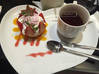 皿の食べ物とコーヒー1杯の写真・画像素材[2225901]