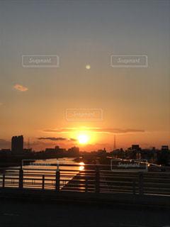 水の体の上の夕日と月の写真・画像素材[2209809]