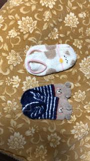 毛布の上に置いた、カップルの靴下の写真・画像素材[2227487]