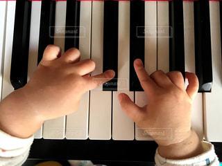 ピアノを弾く子どもの写真・画像素材[2212938]