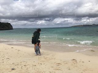 砂浜の姉妹の写真・画像素材[2210958]