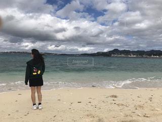 砂浜の上に立つ人の写真・画像素材[2210959]