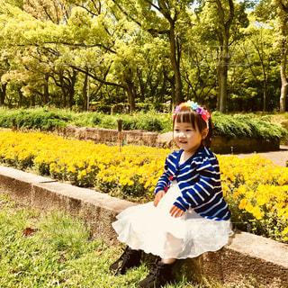 庭のベンチに座っている愛娘の写真・画像素材[2217416]