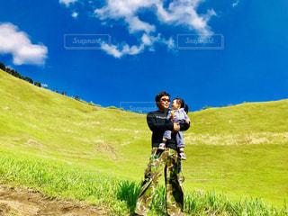 草と大地と親娘の写真・画像素材[2217417]
