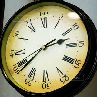 側面に取り付けられた大きな時計の写真・画像素材[2213984]